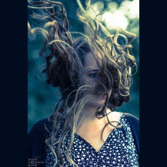Eine Frau mit fliegenden Haaren