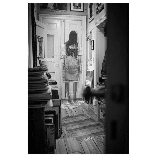 Durchsichtige Gestalt an einer Tür