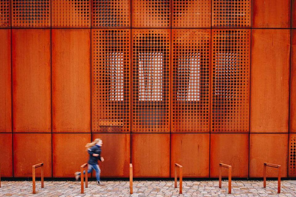 Kind vor einer roten Wand