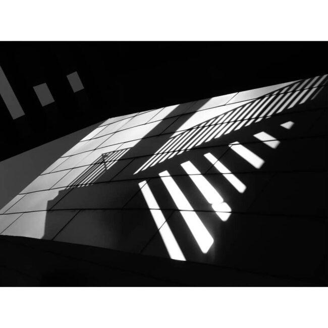 Licht- und Schattenspiel von Architektur auf einer Wand