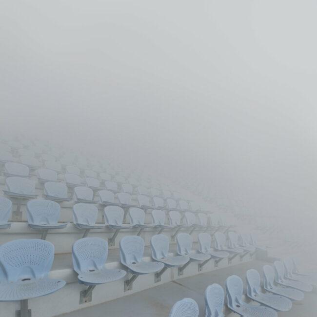 Tribühnenplätze im Nebel