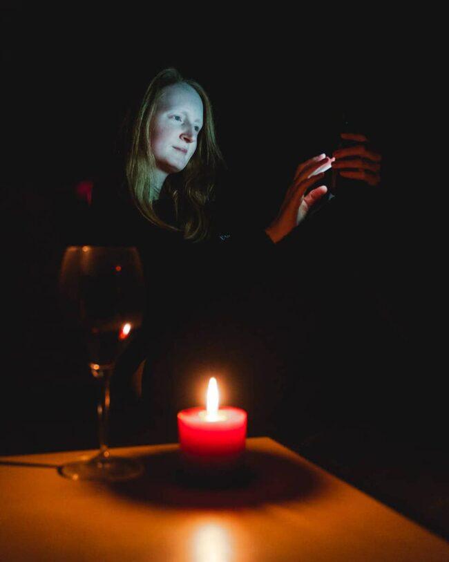 Frauenportrait mit Kerze im Vordergrund