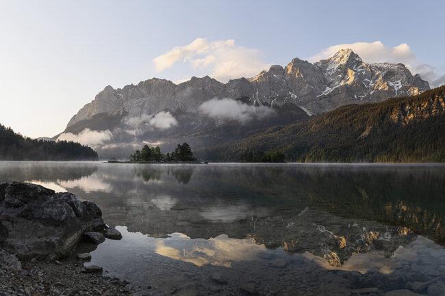 Berglandschaft, die sich in einem See spiegelt.