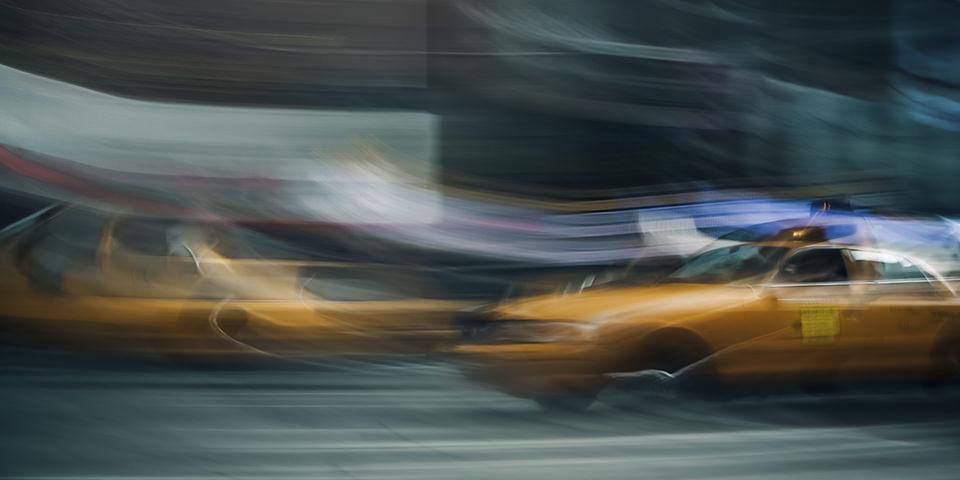 Unscharfe Aufnahme von gelben Taxis