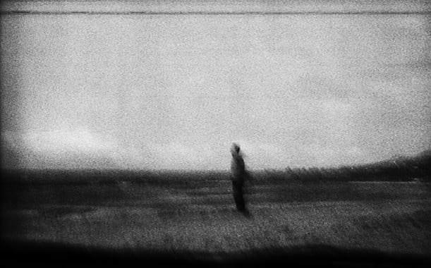 unscharfes Bild einer Person auf einem Feld