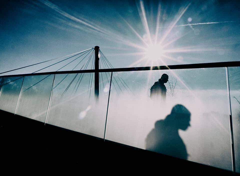Person mit Schatten auf Glaswand