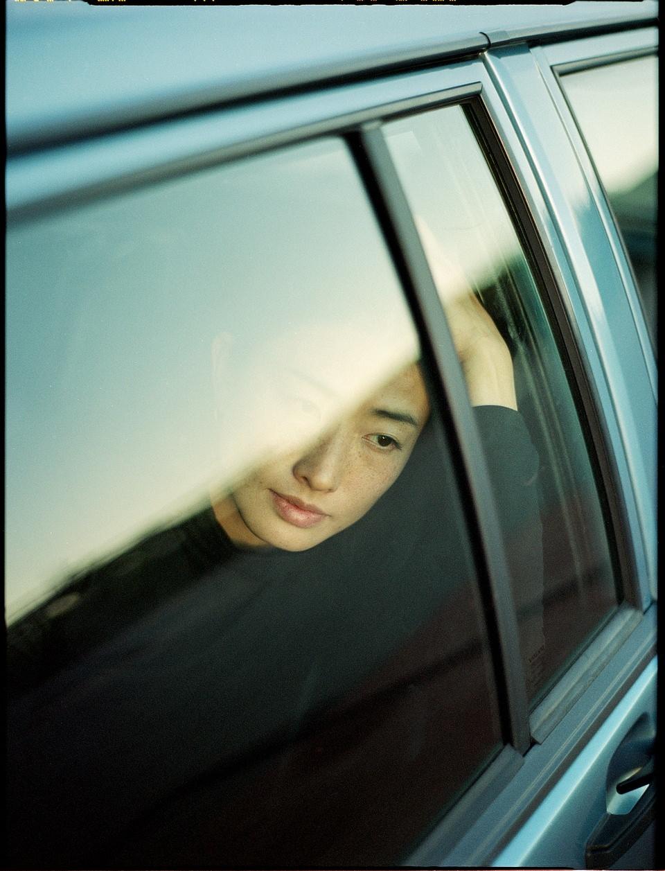 Gesicht hinter einem Autofenster