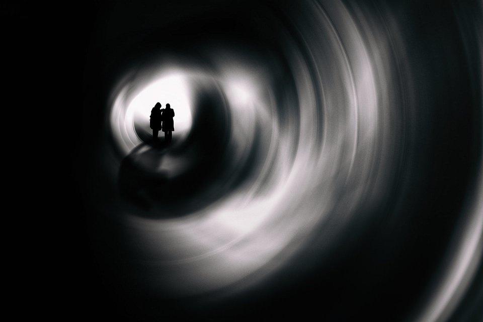 Silhouetten am Ende eines Tunnels