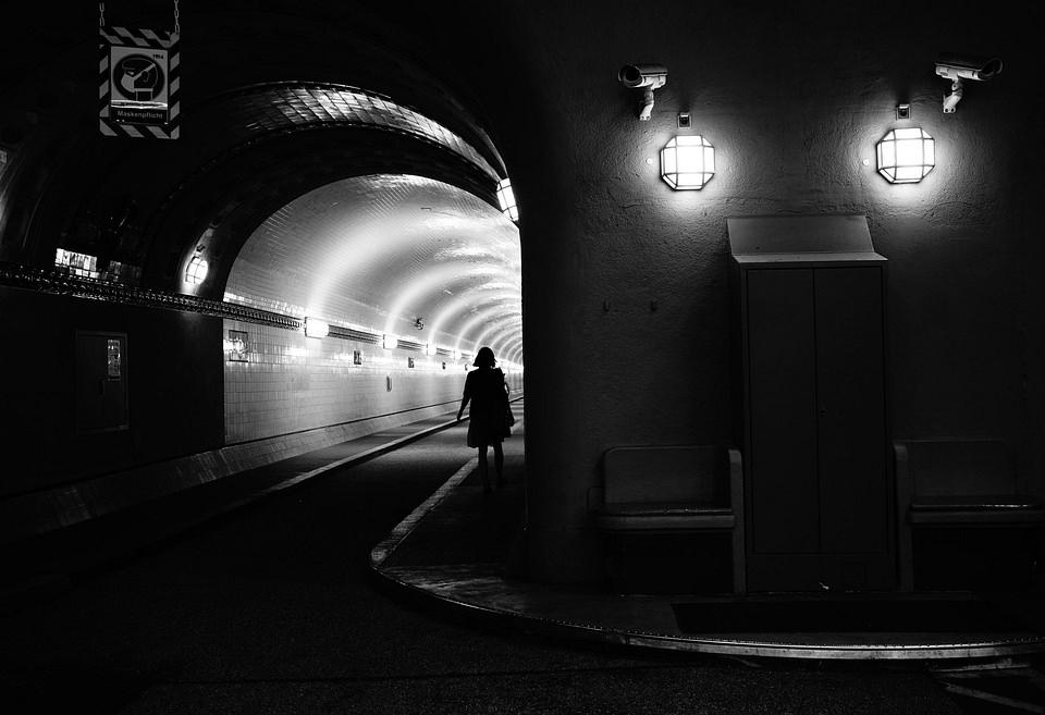 Mensch geht in einen Tunnel