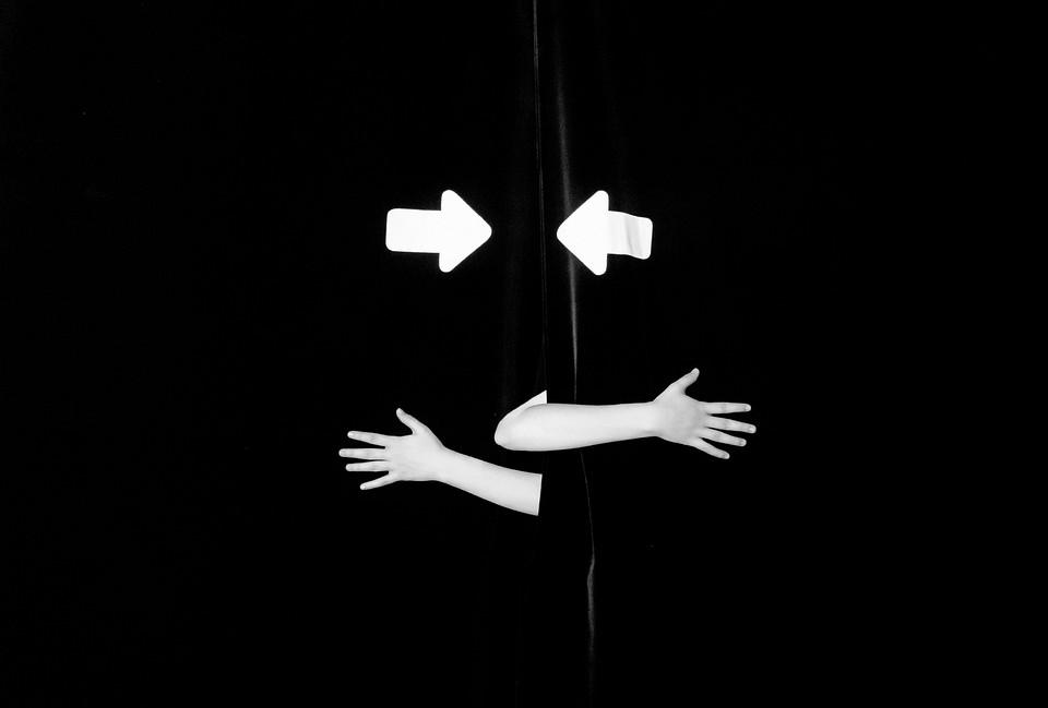 zwei Arme und zwei Pfeile