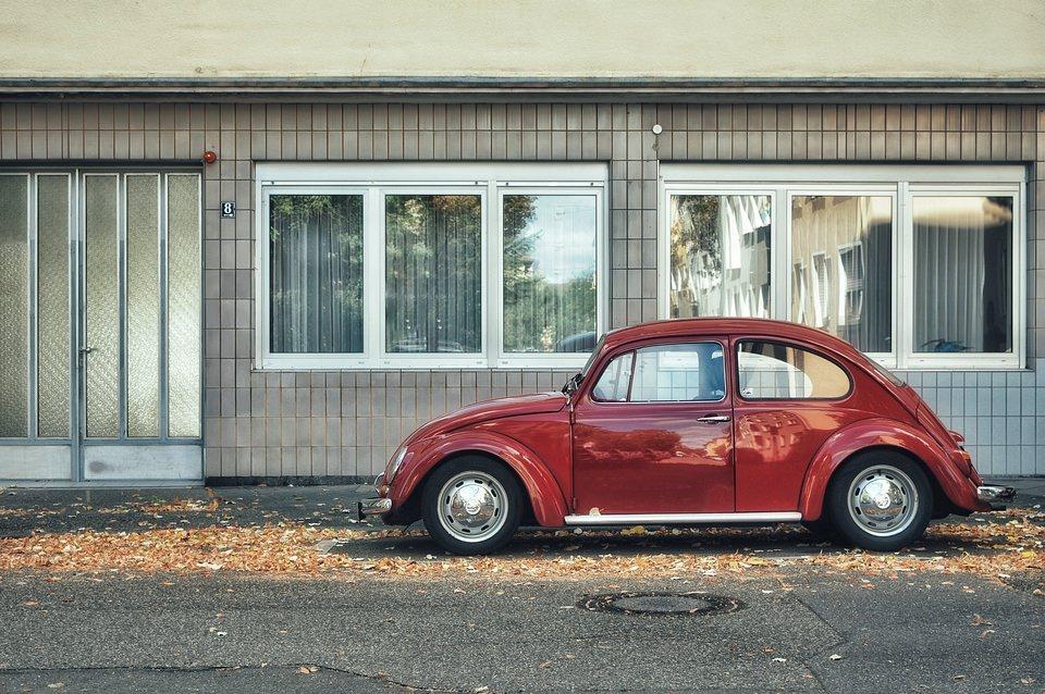 rotes Auto vor einer Fassade