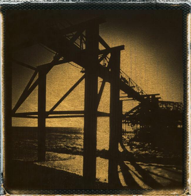 schwarzes Polaroid mit Gold einer Konstruktion