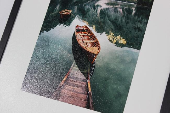 Ein gerahmtes Bild von einem Ruderboot
