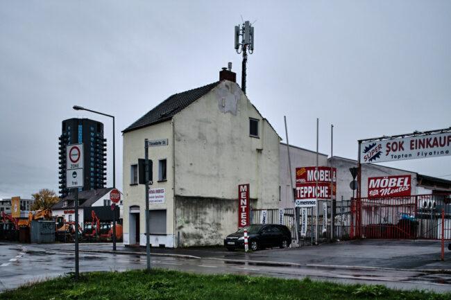 Straße und Haus mit Werbeschildern