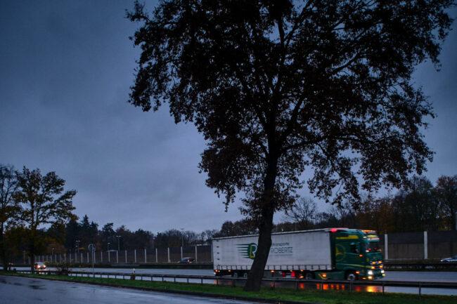 Autobahn mit vorbeifahrendem LKW
