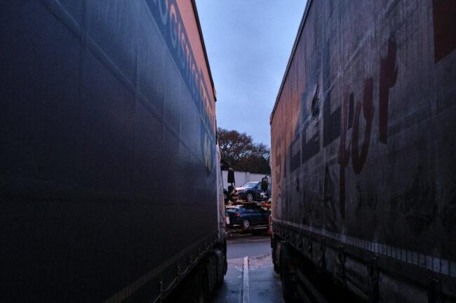 Blick zwischen zwei parkende LKW hindurch