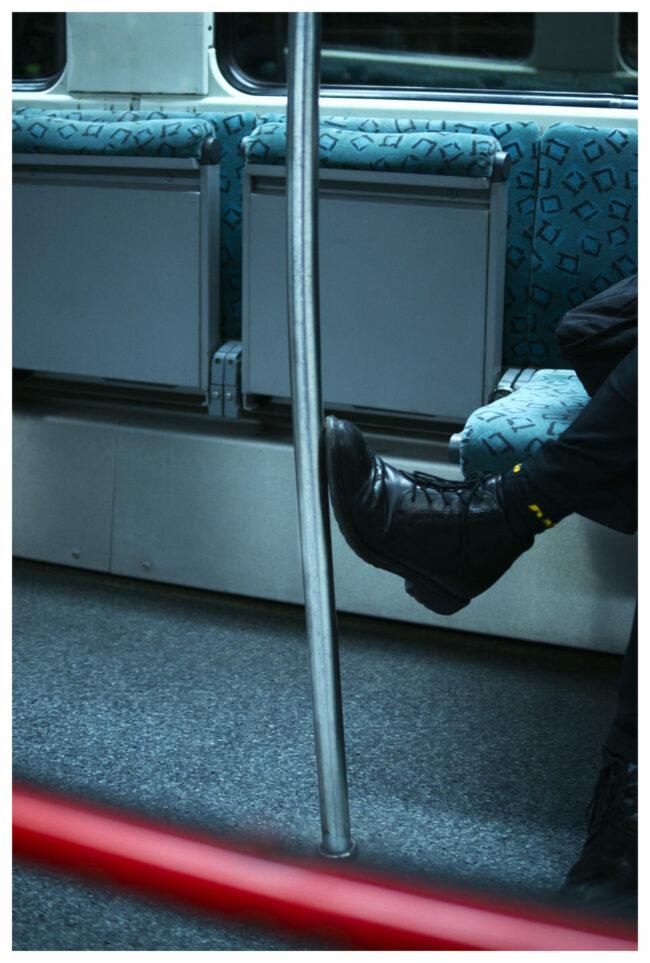 Schuhe verbiegen eine Stange