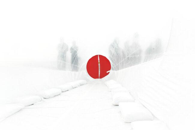 weißer Tunnel mit roter Tür