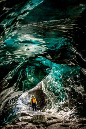 Mensch in einer Eishöhle