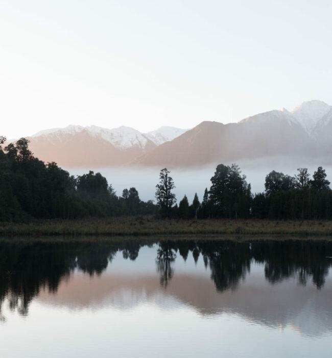 Sich spiegelnde Landschaft in einem See