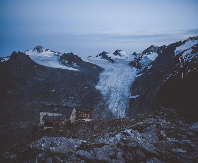 Hütte vor verschneiten Bergen