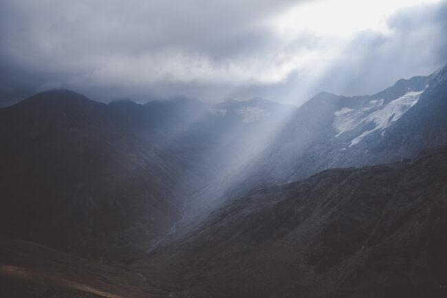 Licht fällt auf eine Landschaft