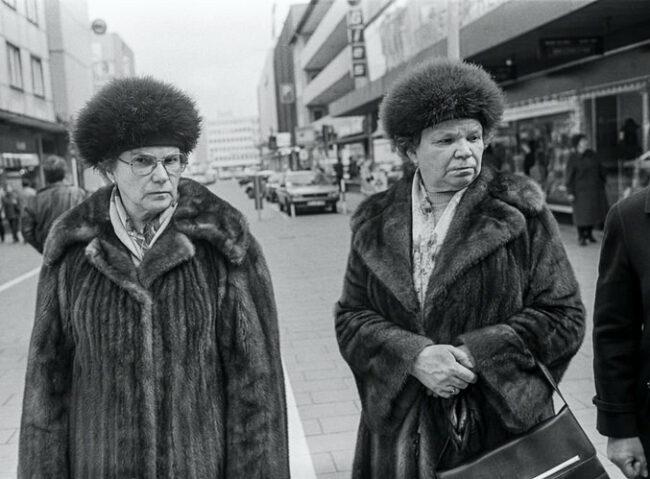 Zwei Frauen in Pelzmänteln