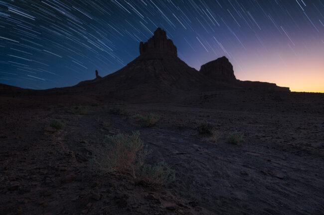 Landschaftsaufnahme mit verzogenen Sternen