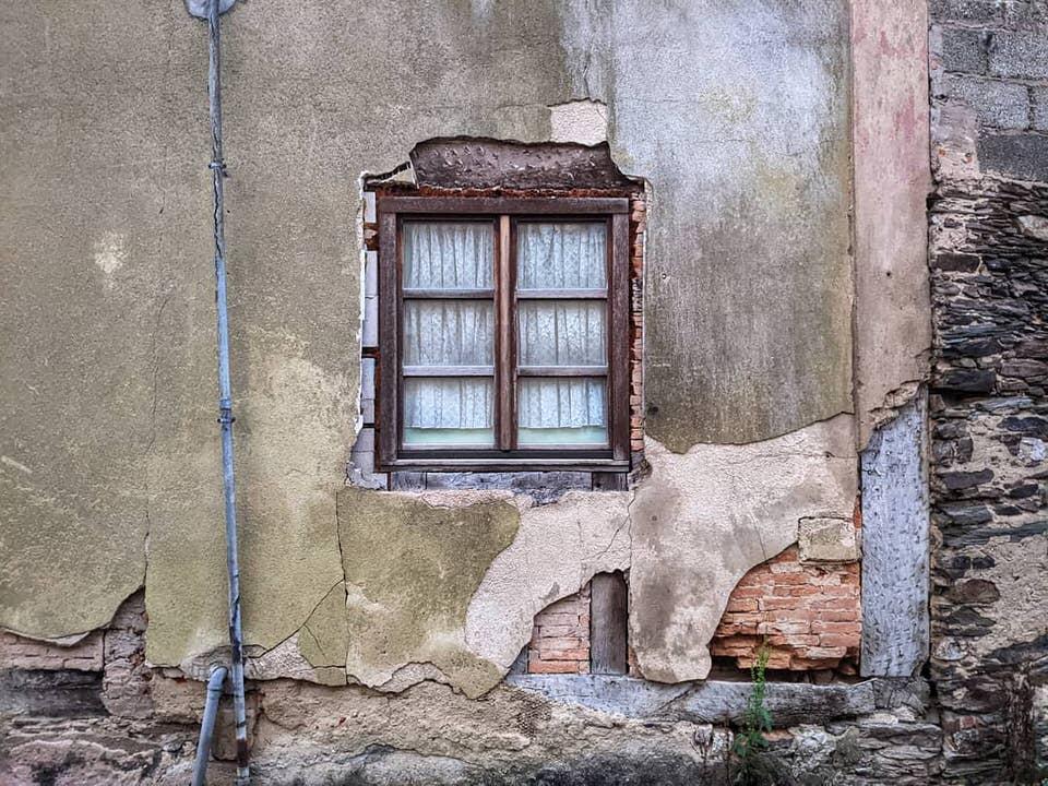 Alte Hauswand mit Fenster