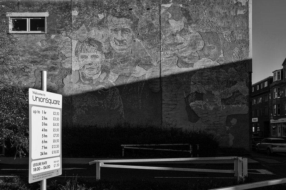 Verblasstes Bild an einer Hausfassade