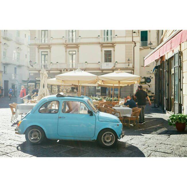 Kleines Auto auf einem Marktplatz