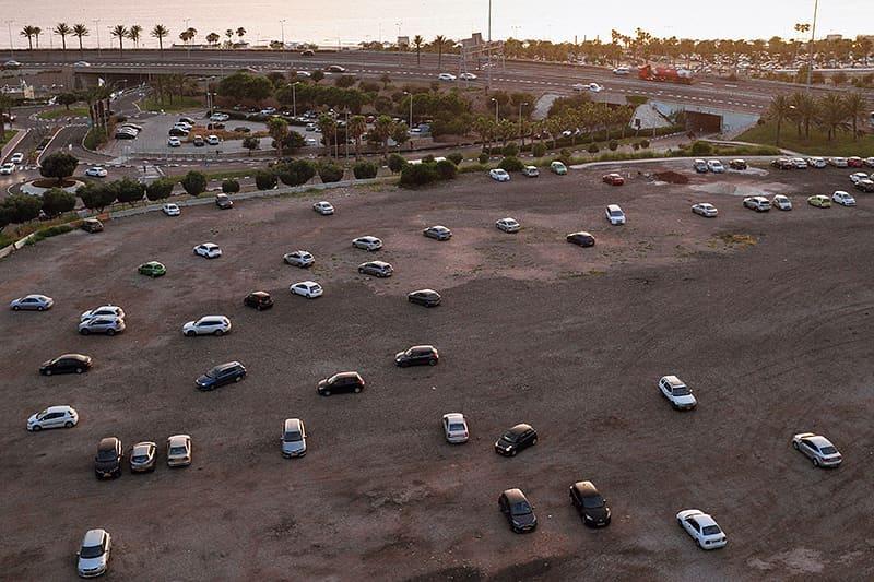 Parkplatz mit Autos von oben