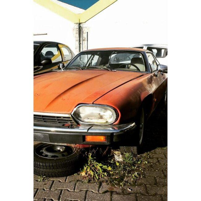 Altes Auto auf einem Parkplatz