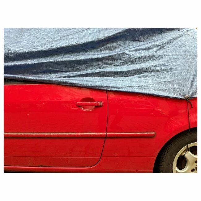 Detailaufnahme eines abgedeckten Autos