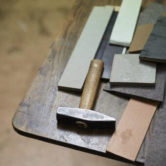 Ein Hammer und Pappteile liegen auf einem Tisch