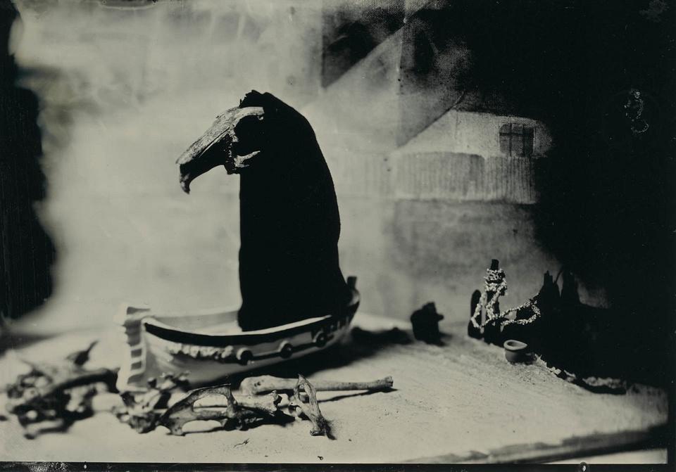 Stillleben mit Boot, Schädel und Knochen
