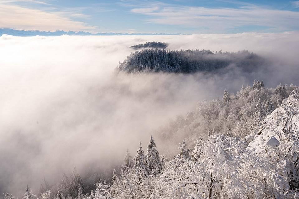 Winterlandschaft über tiefhängenden Wolken