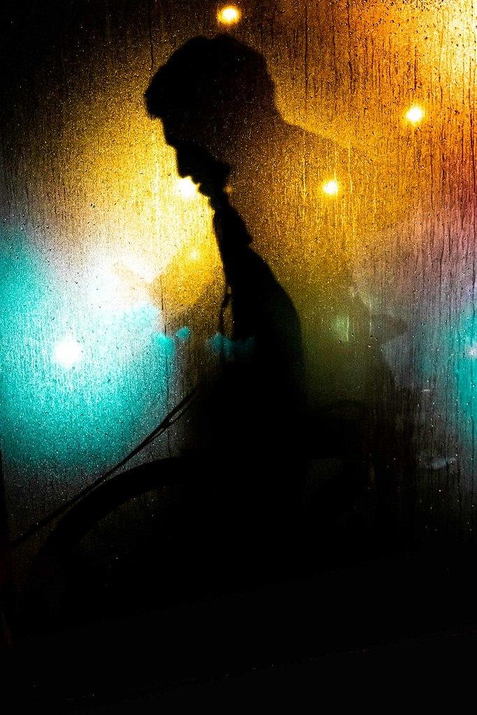 Silhouette zwischen bunten Lichtern