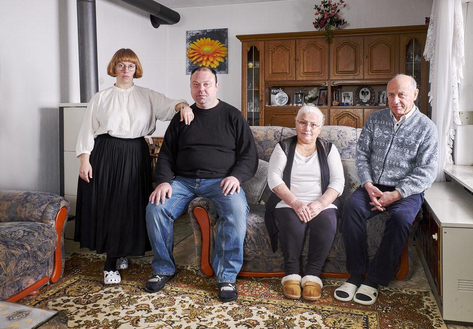 Gruppe von Menschen posiert auf einem Sofa