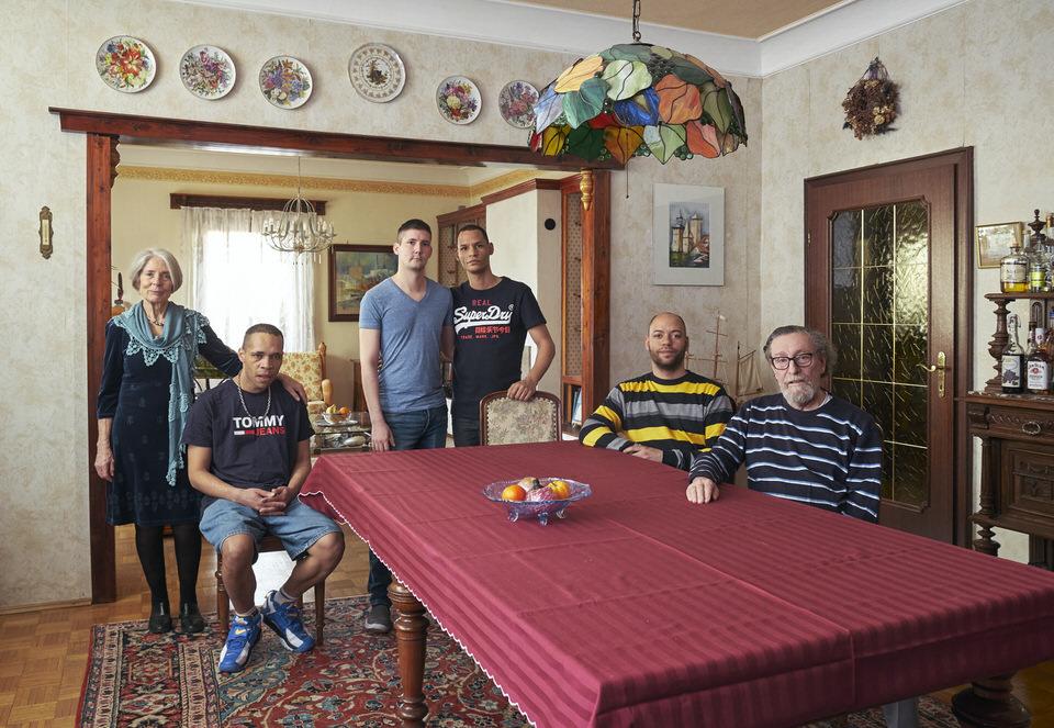 Familie an einem Tisch