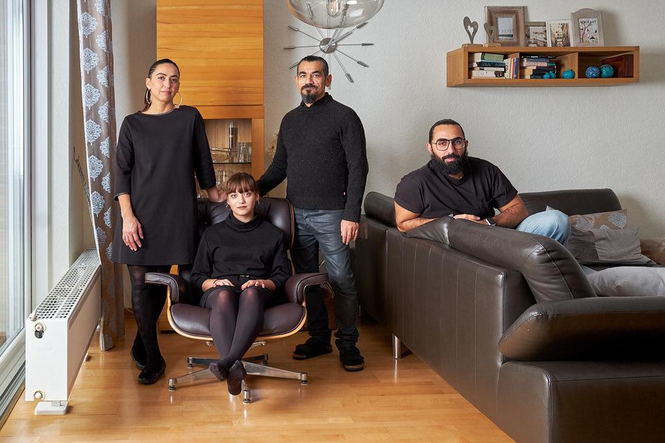 Familie posiert im Wohnzimmer