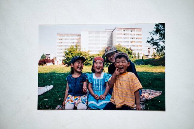 Foto einer Familie an einer Wand