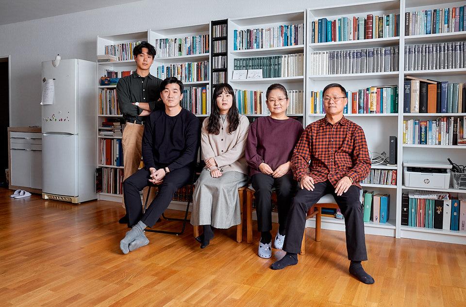 Familienportrait vor einem Bücherregal