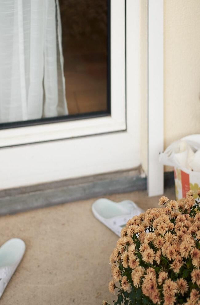 Schuhe vor einer Balkontür
