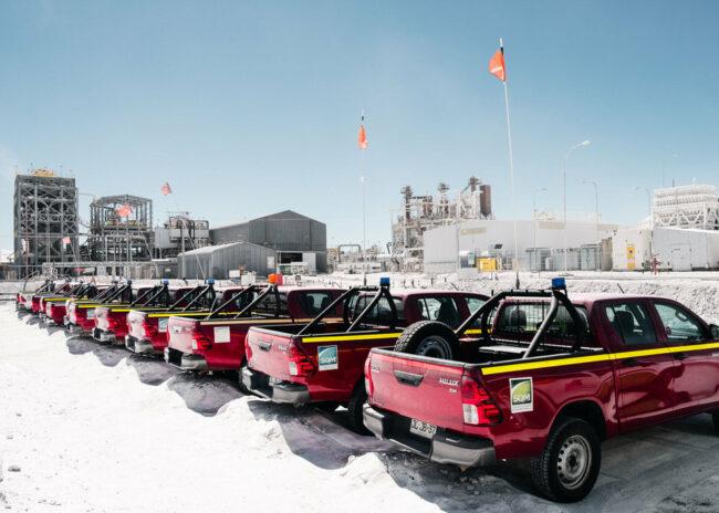 Eine Reihe von Trucks vor einem Industriegelände