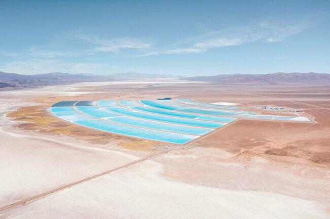 Wasserbecken in einer kargen Landschaft