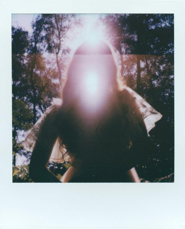 Polaroidportrait mit Gegenlicht