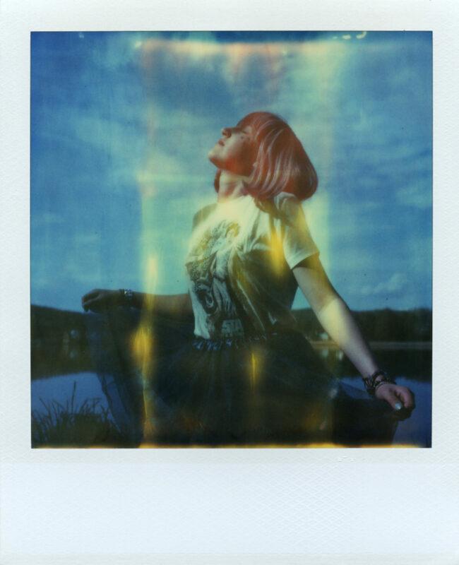 Polaroidportrait mit bunten Flecken