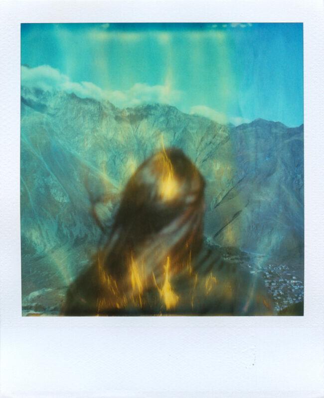 Polaroidportrait vor Bergen