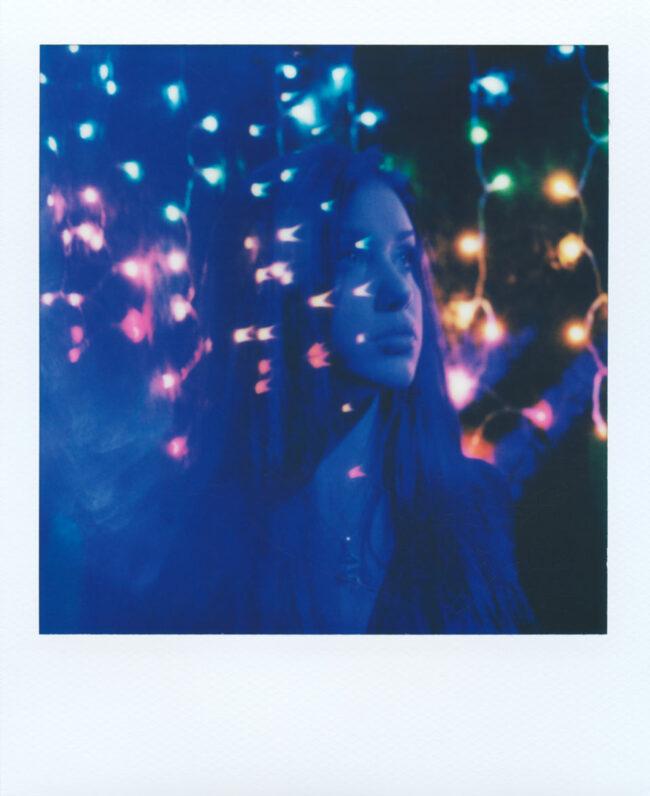 Polaroidportrait mit bunten Lichtern